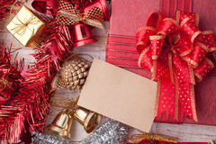 圣诞节装饰和纸牌在葡萄酒白色木backg 免版税库存照片