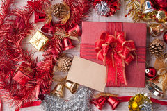 圣诞节装饰和纸牌在葡萄酒白色木backg 库存图片