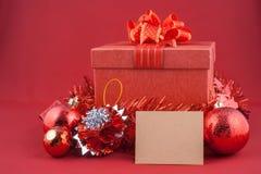 圣诞节装饰和纸牌在葡萄酒红色bac 图库摄影