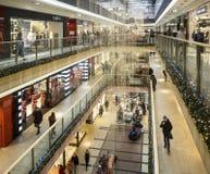 圣诞节装饰和购物在一个大型超级市场在克拉科夫, P 免版税库存图片