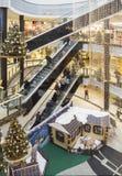 圣诞节装饰和购物在一个大型超级市场在克拉科夫, P 库存照片