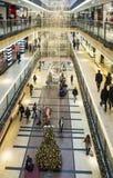 圣诞节装饰和购物在一个大型超级市场在克拉科夫, P 库存图片