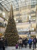 圣诞节装饰和购物在一个大型超级市场在克拉科夫, P 免版税库存照片