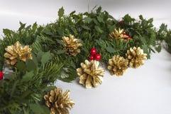圣诞节装饰和金黄杉木锥体 免版税库存图片