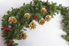 圣诞节装饰和金黄杉木锥体 免版税库存照片