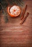 圣诞节装饰品、食物装饰和杉树在土气木背景分支 看板卡例证向量xmas 新年好 顶视图 免版税库存图片