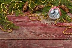 圣诞节装饰品和冷杉球果在木背景 库存照片