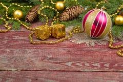 圣诞节装饰品和冷杉球果在木背景 免版税库存照片