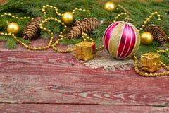 圣诞节装饰品和冷杉球果在木背景 免版税图库摄影