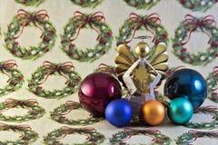圣诞节装饰品和天使在包装纸 免版税库存照片