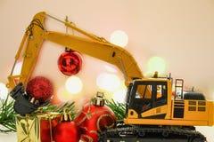 圣诞节装饰品和挖掘机塑造,假日庆祝co 免版税库存照片