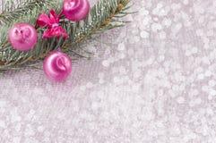 圣诞节装饰品和杉树在发光的闪耀的背景 免版税库存图片