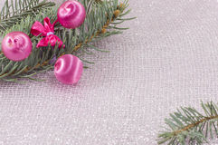 圣诞节装饰品和杉树在发光的闪耀的背景 库存照片