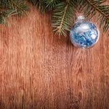 圣诞节装饰品和杉树在土气木背景分支 看板卡例证向量xmas 新年好 顶视图 免版税库存图片