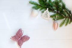 圣诞节装饰品和杉树在白色木背景分支 看板卡例证向量xmas 新年好 平的位置 复制空间 免版税库存图片