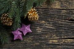 圣诞节装饰品和树枝静物画在木板 免版税库存照片