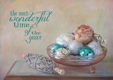 圣诞节装饰品和欢呼 免版税库存照片