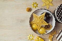 圣诞节装饰品和装饰在箱子在木背景 在视图之上 免版税库存照片