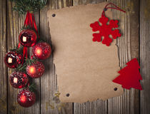 圣诞节装饰品和grunge纸张 免版税库存照片