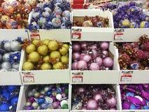 圣诞节装饰品商店 库存照片