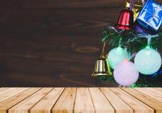 圣诞节装饰品在与prespective老木头的圣诞树垂悬 免版税库存图片