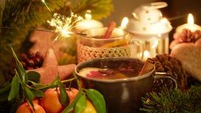 圣诞节装饰品用热的茶、蜡烛、普通话、姜饼和闪烁发光物 影视素材