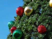 圣诞节装饰品装饰与蓝天的树 库存照片