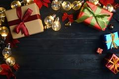圣诞节装饰品顶视图在黑木头的 复制空间 库存照片