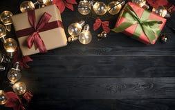 圣诞节装饰品顶视图在黑木头的 复制空间 免版税库存图片
