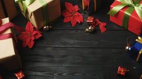 圣诞节装饰品顶视图在黑木头的 复制空间 图库摄影