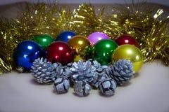 圣诞节装饰品,圣诞节球、装饰菠萝和闪亮金属片 免版税库存照片