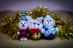 圣诞节装饰品,被充塞的雪人,与吵闹声的驯鹿 免版税库存图片