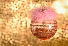 圣诞节装饰品,装饰,金黄球 与bokeh的金黄背景 图库摄影