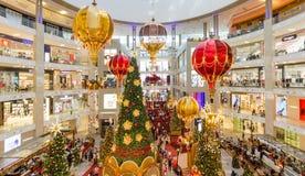 圣诞节装饰在亭子吉隆坡 人们在它附近能看的探索和购物 免版税库存图片