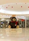 圣诞节装饰在商城的玩具熊 圣诞前夕礼品节假日许多装饰品 免版税库存照片