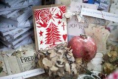 圣诞节装饰在商店窗口里 库存照片