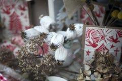 圣诞节装饰在商店窗口里 免版税库存照片