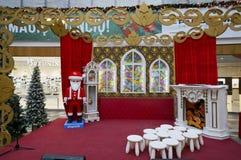 圣诞节装饰在大型超级市场 库存照片