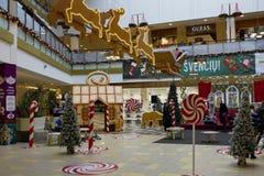 圣诞节装饰在大型超级市场 免版税库存照片
