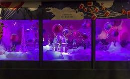 圣诞节装饰在巴黎人Printemps的商店窗口里 库存照片
