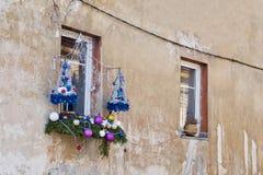 圣诞节装饰在房子的窗口外 免版税库存图片