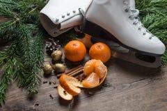 圣诞节装饰在木背景滑冰, 免版税图库摄影