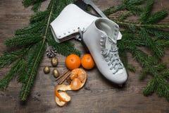 圣诞节装饰在木背景滑冰, 免版税库存照片