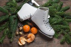 圣诞节装饰在木背景滑冰, 库存图片