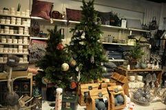圣诞节装饰在购物中心 免版税库存照片