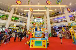 圣诞节装饰在Berjaya时代广场 人们在它附近能看的探索和购物 免版税库存图片