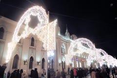 圣诞节装饰在Nikolskaya街道上的莫斯科市 库存照片