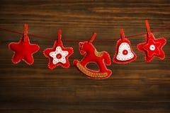 圣诞节装饰垂悬的玩具,难看的东西木背景 免版税图库摄影