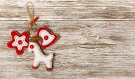 圣诞节装饰垂悬的玩具,难看的东西木背景 免版税库存图片