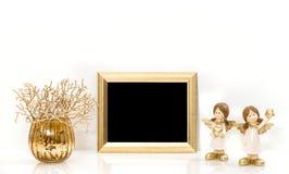 圣诞节装饰天使和金黄框架 嘲笑 免版税库存图片